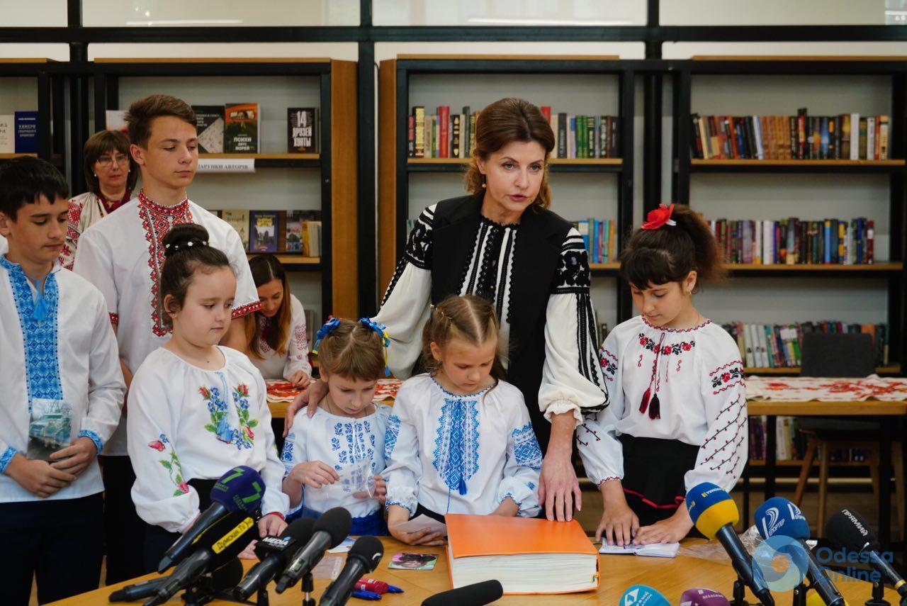 В Одессе жена Порошенко вышивала рушник и открыла в «Книге Мира» новый раздел