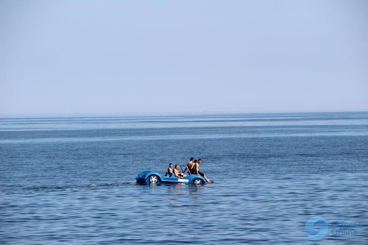 На одесском «Ланжероне» отдыхающие загорают и плещутся в море (фоторепортаж)