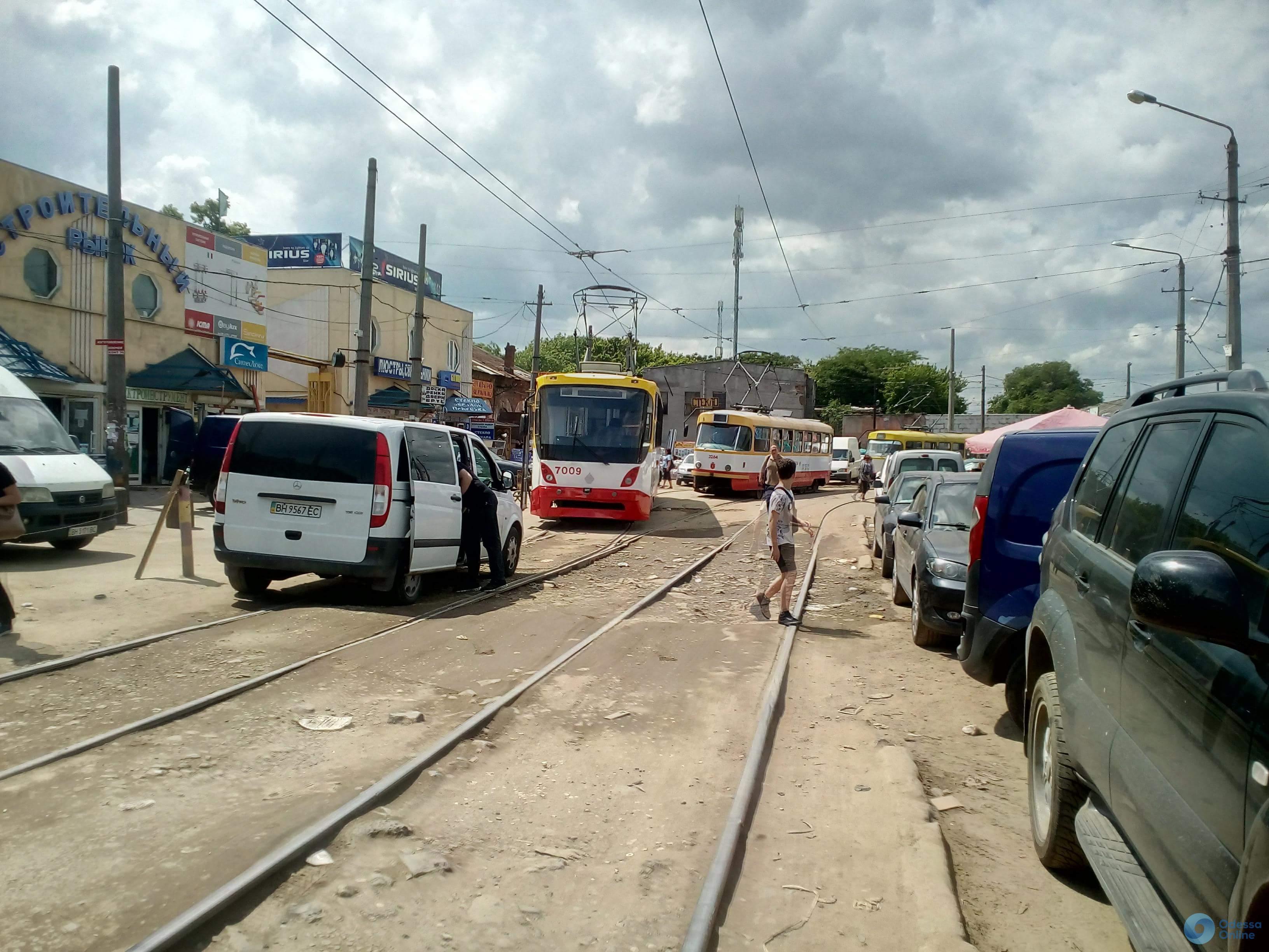 Из-за припаркованного авто в Одессе стояли трамваи