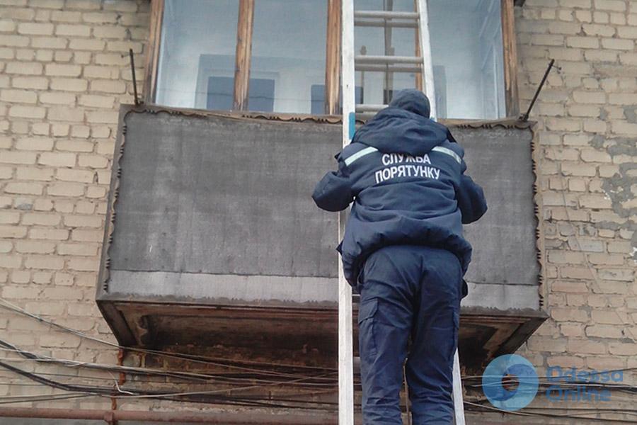 В Черноморске спасатели освободили малыша из закрытой квартиры