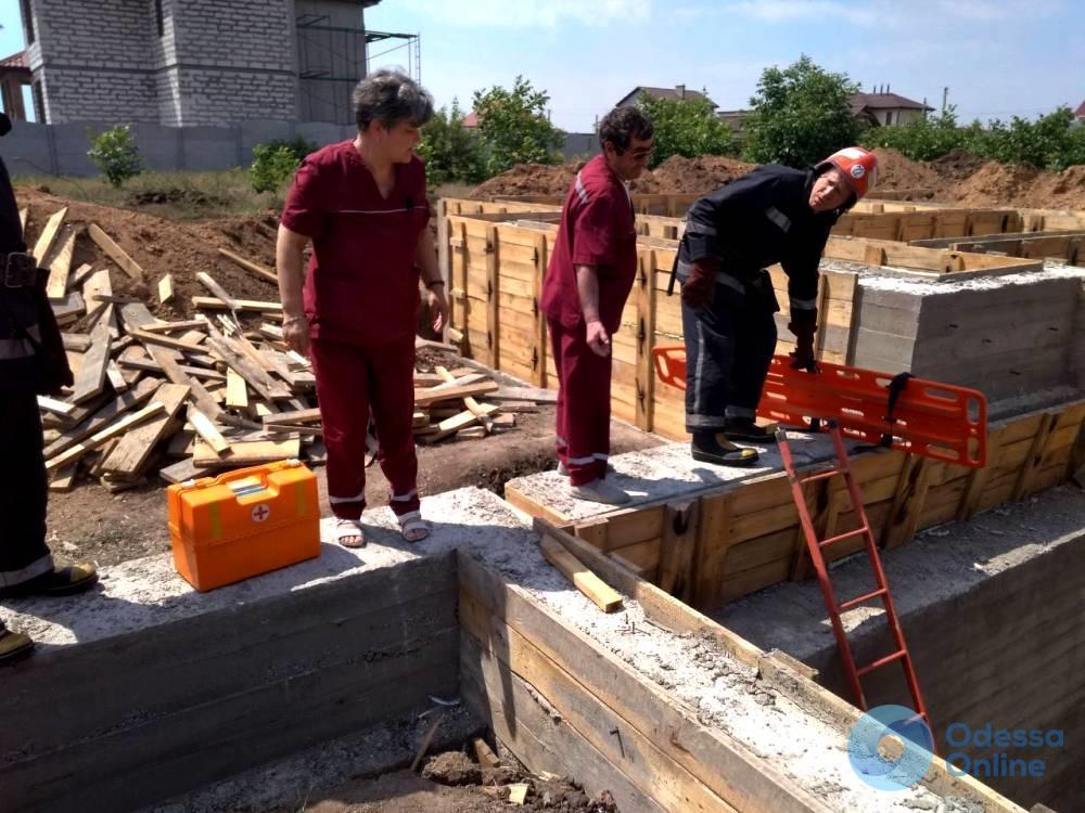 В Черноморске мужчина упал в строительный котлован