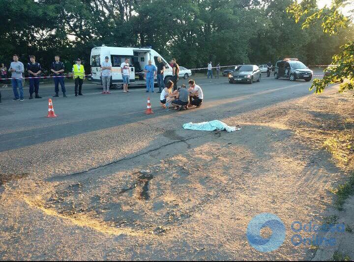 В Одессе автомобиль сбил женщину с ребенком: девочка погибла (фото, обновлено)