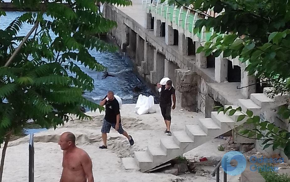 Одесса: с бесплатного пляжа возле «замка Гарри Поттера» воруют песок