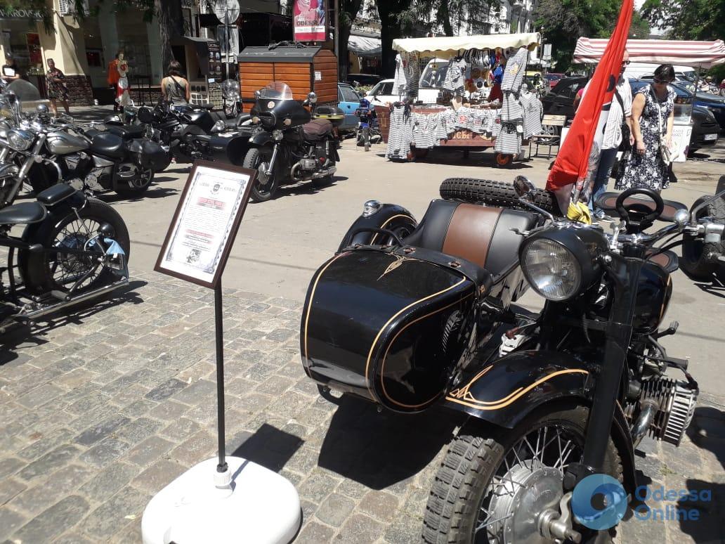 На Дерибасовской прошел фестиваль ретро-автомобилей и мотоциклов (фото)