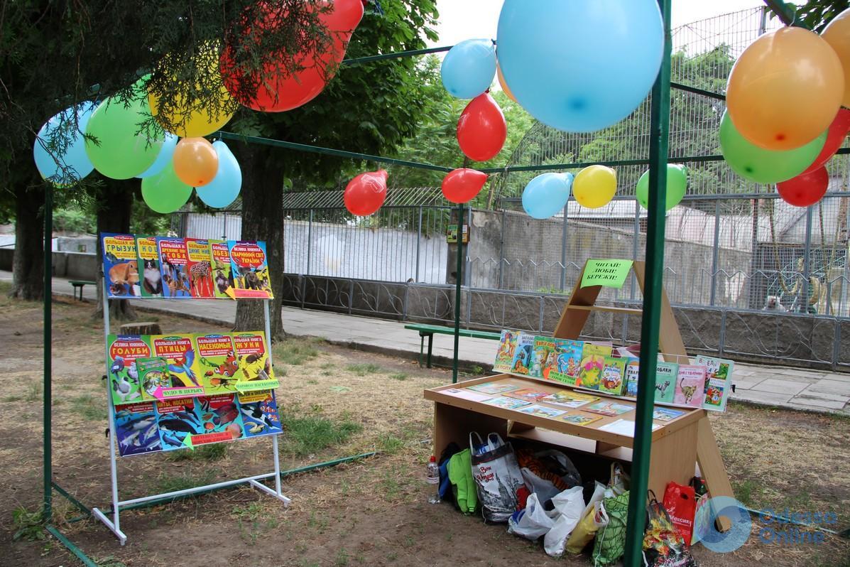 В Одесском зоопарке обустроили зону для книголюбов под открытым небом