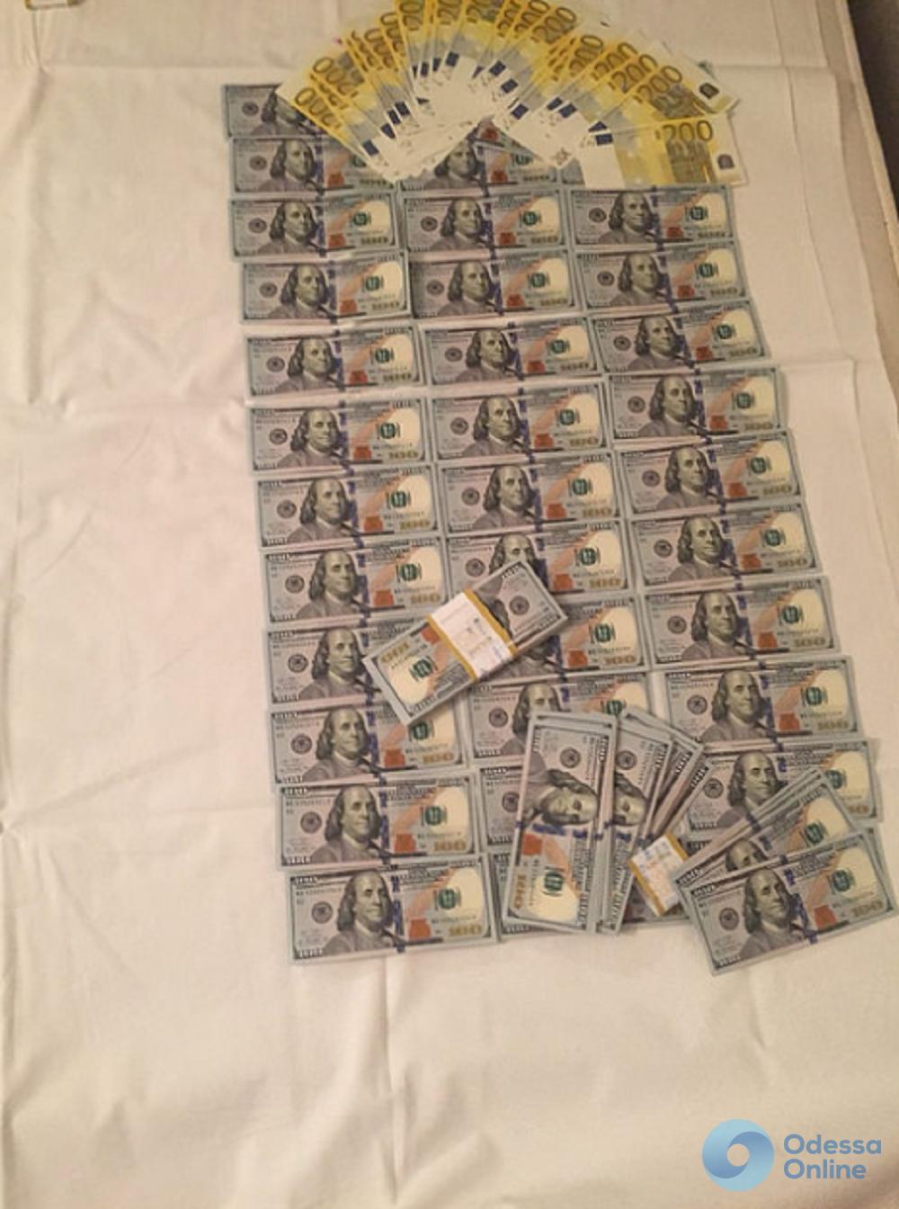 Заменяли пачки денег «куклами»: в Одессе задержали фальшивомонетчиков
