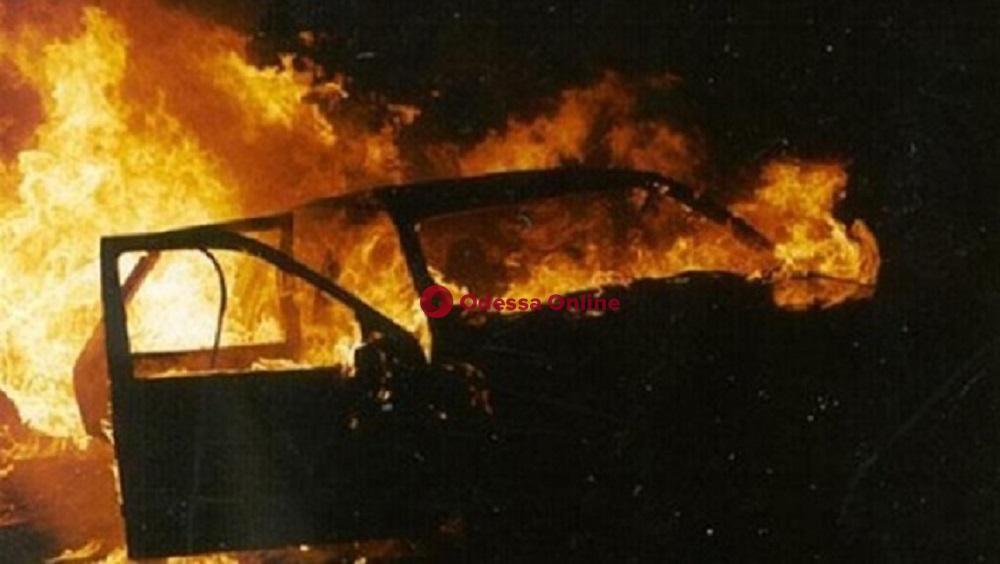 В Черноморске ночью сожгли два автомобиля