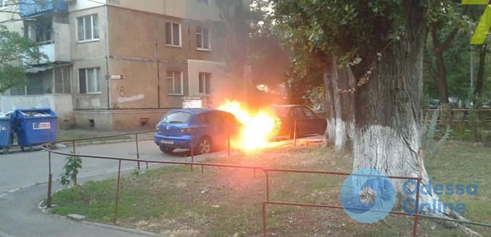 В Одессе горели два автомобиля
