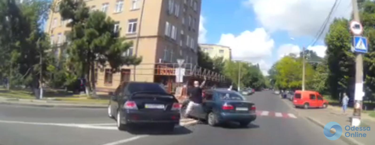 Отпинал машину: «цивилизованные» разборки одесских водителей (видеофакт)