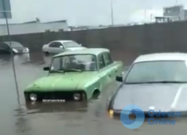 Вчерашний ливень в Одессе затопил машины (видео)