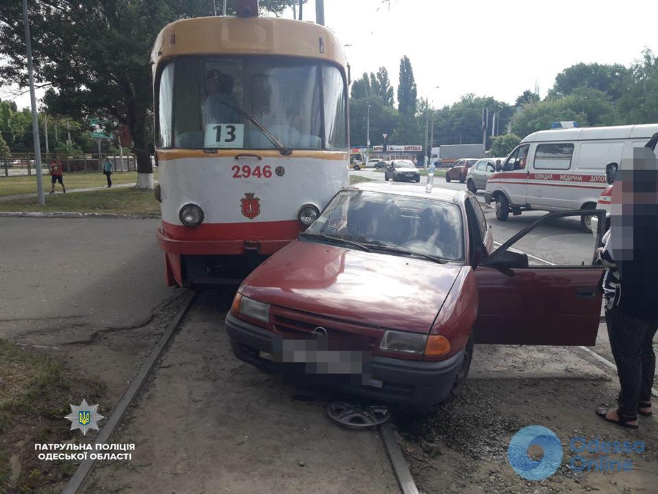 В Одессе трамвай столкнулся с легковушкой: водитель авто в больнице