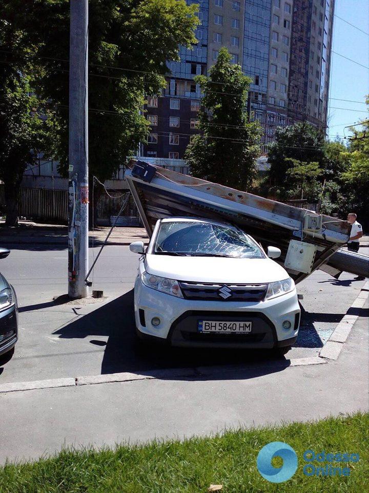 Одесса: опору упавшего на Suzuki рекламного щита могли заранее подпилить