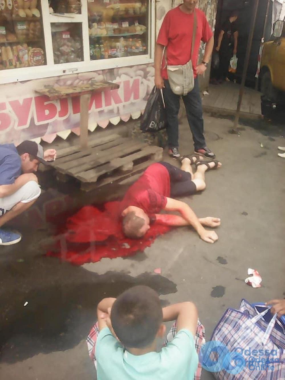Истекал кровью: в полиции сообщили подробности драки на «Привозе»