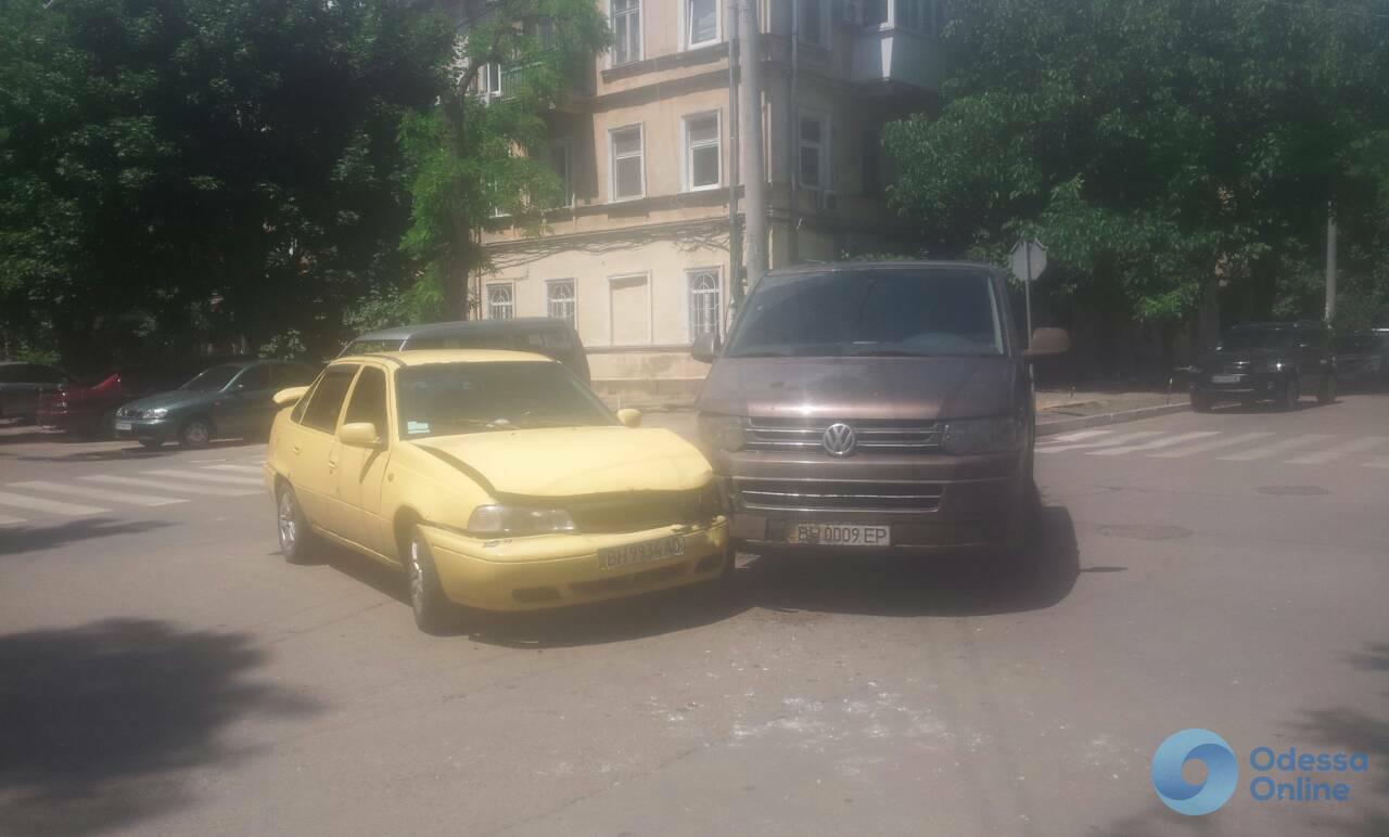 В Одессе столкнулись микроавтобус и легковушка
