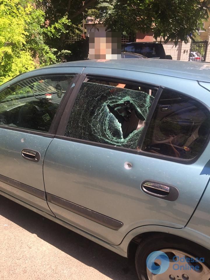Спущенные шины и разбитые стекла: в подозрительной машине обнаружили одесского преступника