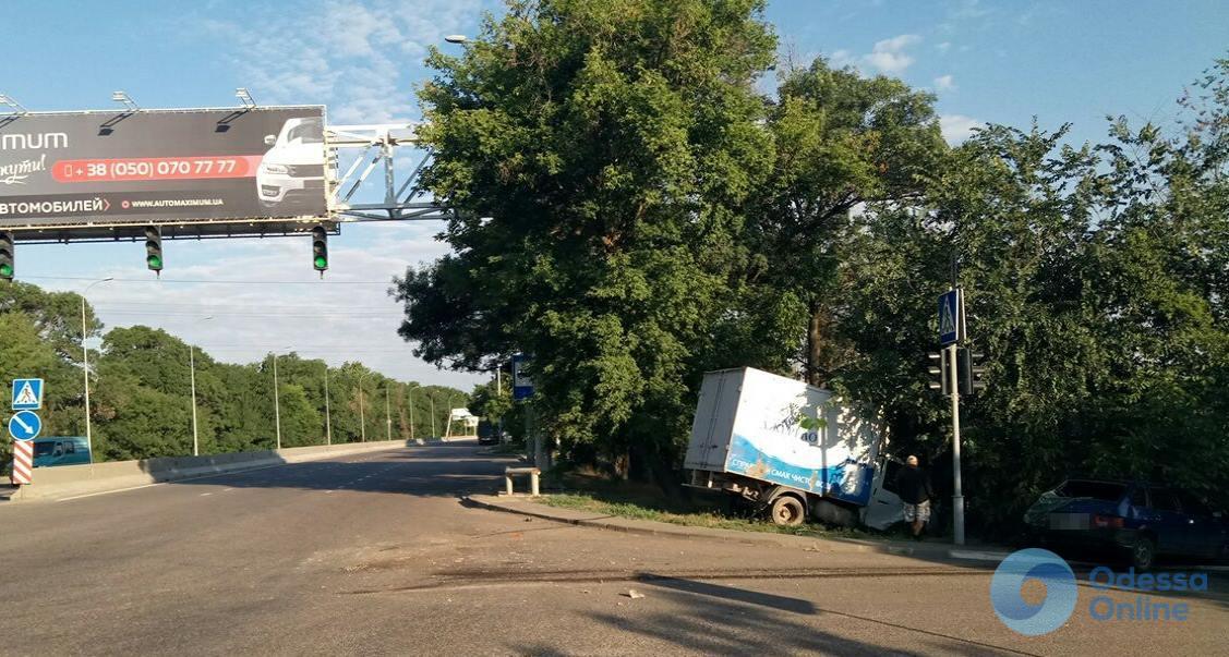 На Агрономической грузовик столкнулся с легковушкой: есть пострадавшие