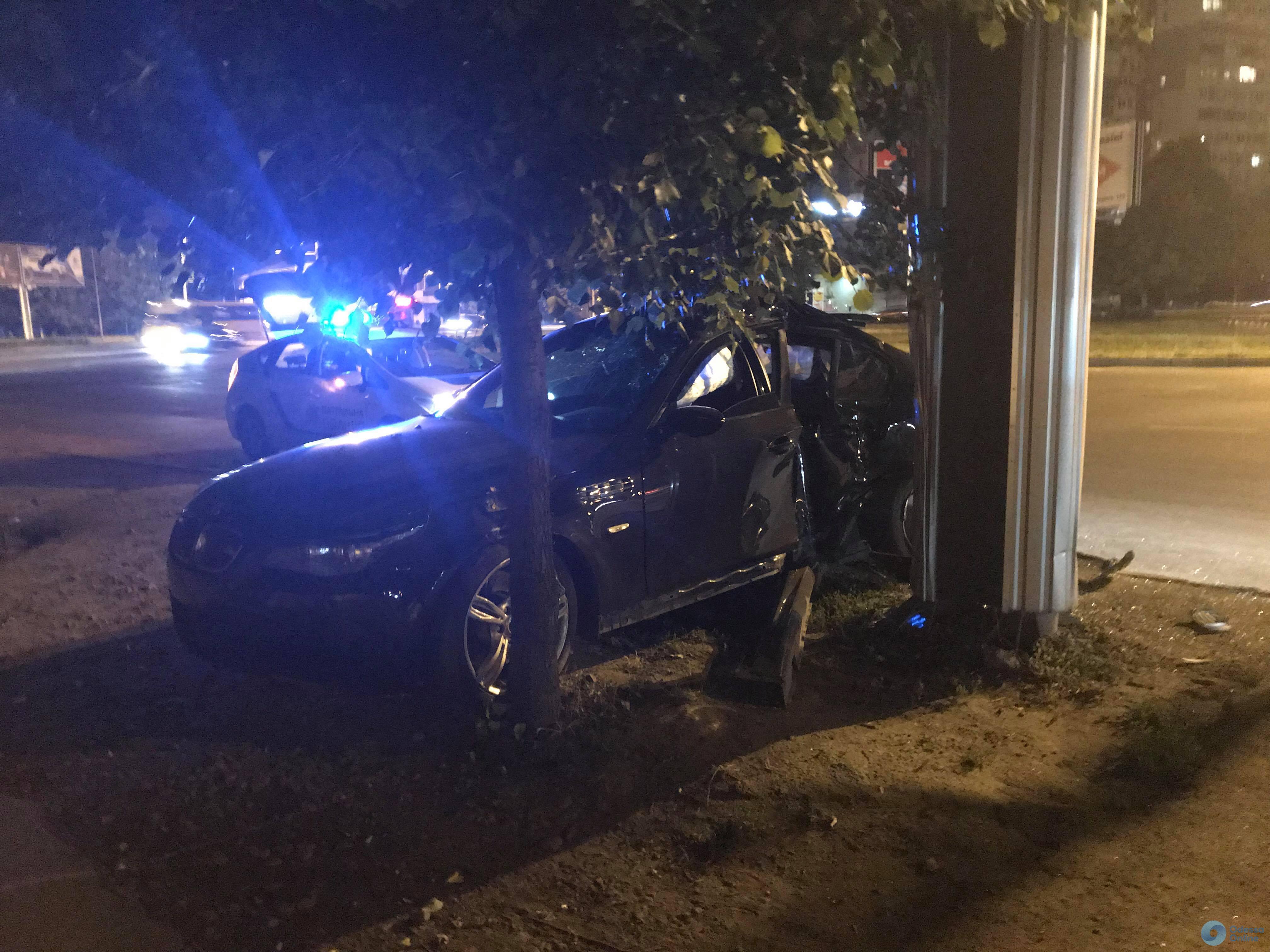 На Таирова ночной «гонщик» на BMW врезался в столб