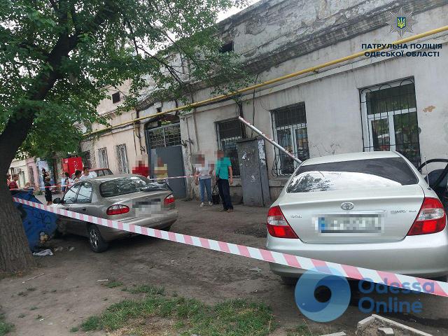 В Одессе легковушка врезалась в припаркованный автомобиль: пострадала женщина