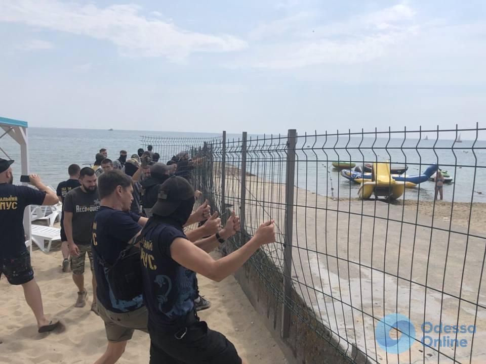 Активисты снесли забор на пляже в Отраде