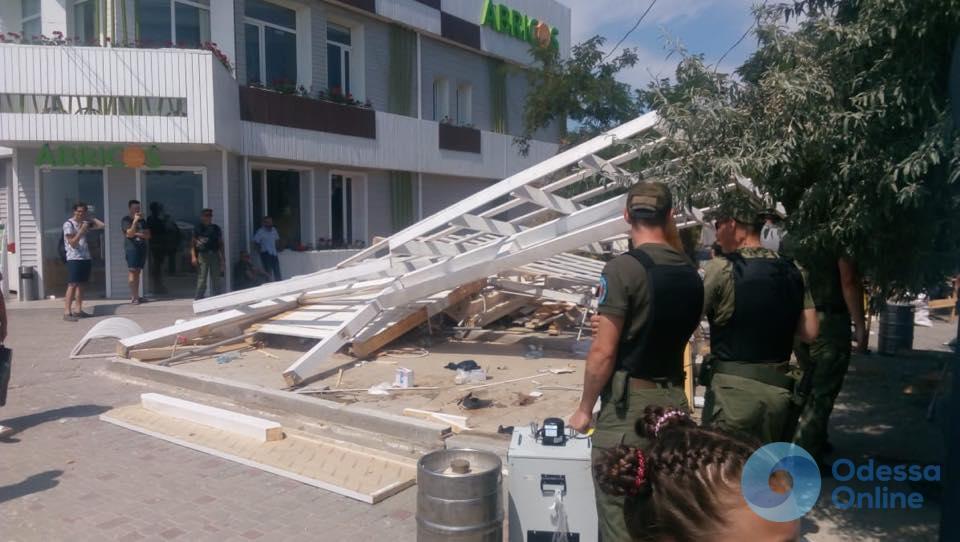 В Лузановке демонтируют незаконные пляжные конструкции