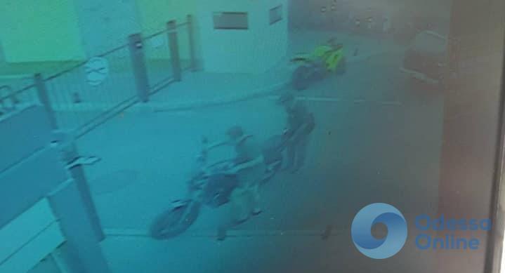 Одесса: с закрытой стоянки угнали мотоцикл (видео)