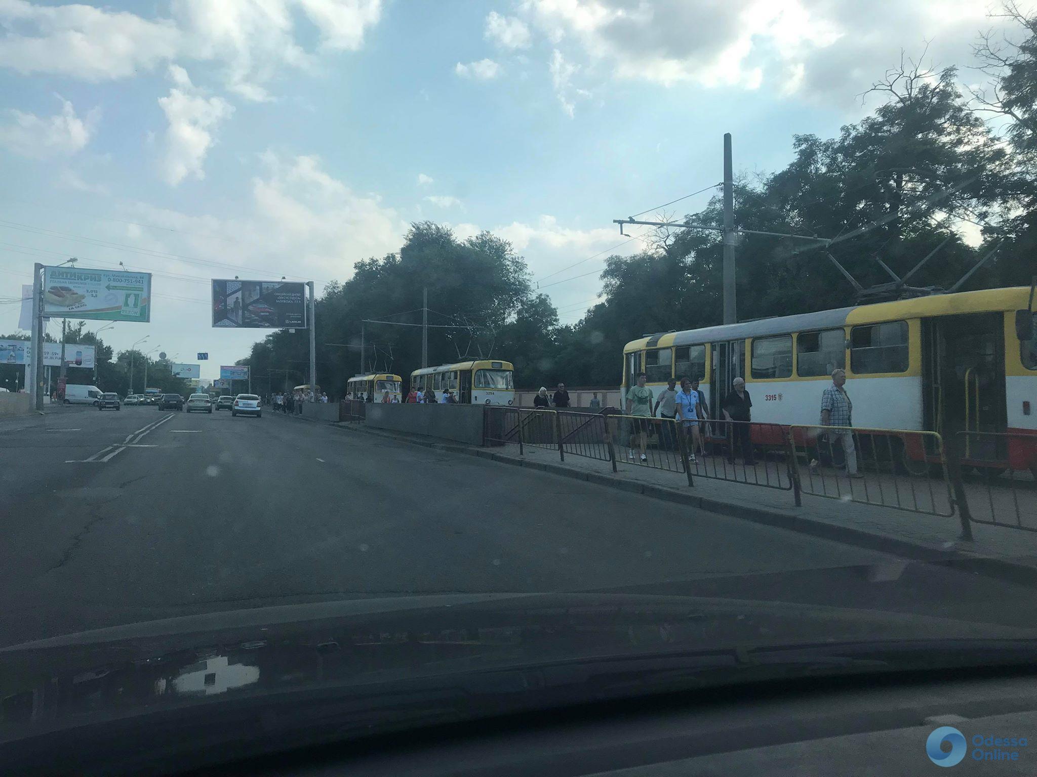 В Одессе фура зацепила микроавтобус: образовалась трамвайная пробка