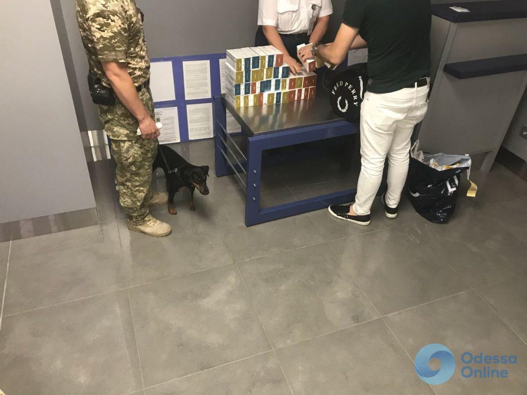 В Одессе пограничники обнаружили контрабандные стикеры для курения