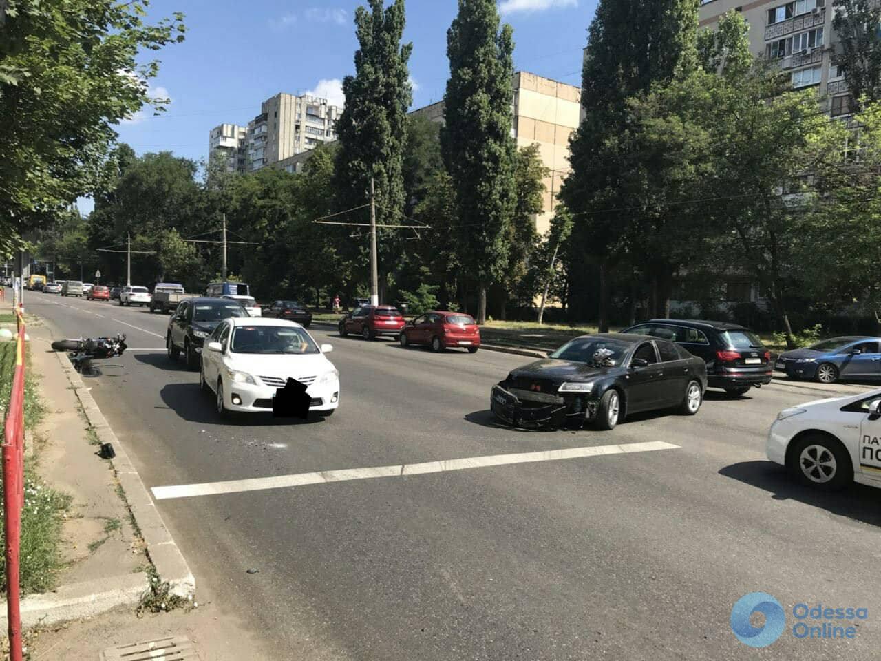 В Одессе столкнулись легковушка и мотоцикл