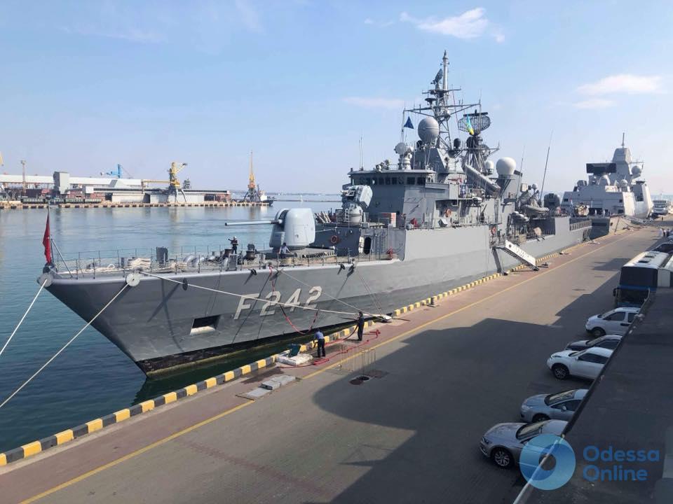 В Одесском порту пришвартовались военные корабли НАТО (фото)