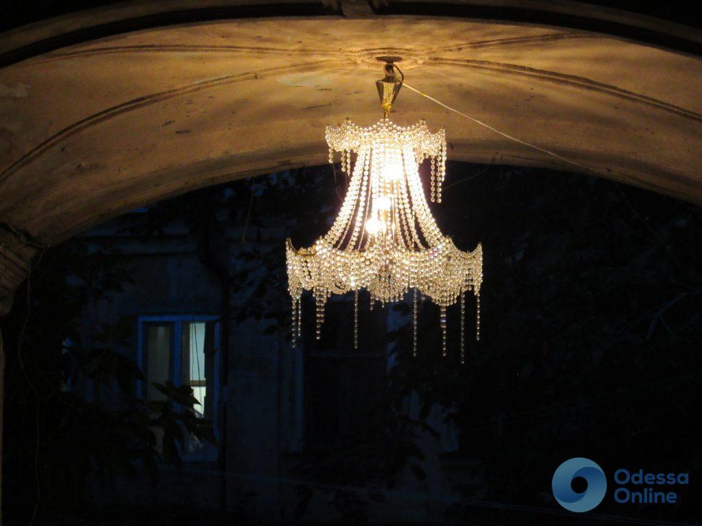 Декор по-одесски: хрустальная люстра при входе во двор (фотофакт)