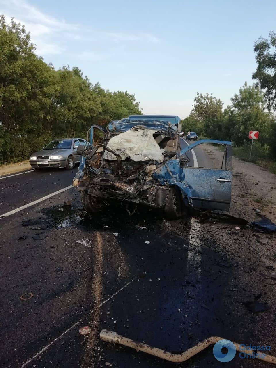 На трассе под Одессой еще одно смертельное ДТП: микроавтобус столкнулся с грузовиком