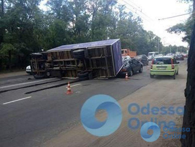 Одесса: на Овидиопольской дороге перевернулся грузовик (фото, обновлено)