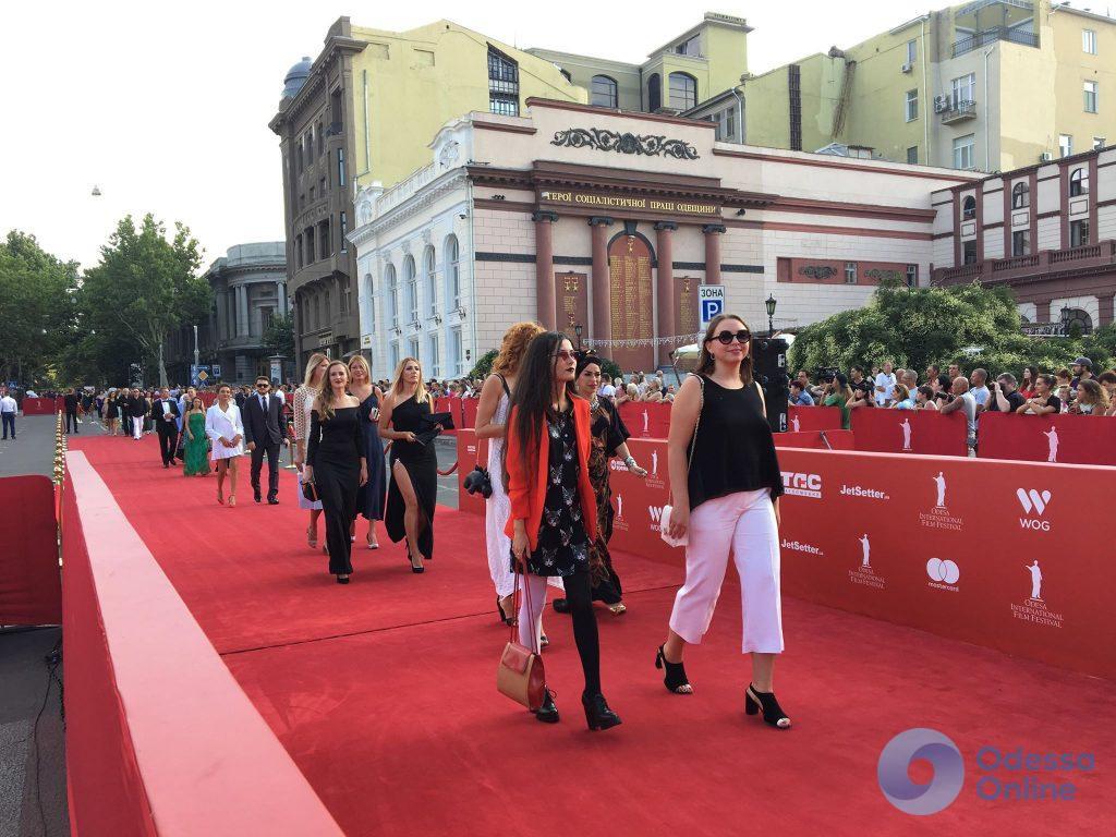 Закрытие ОМКФ-2018: началось шествие по красной дорожке (фото, обновляется)