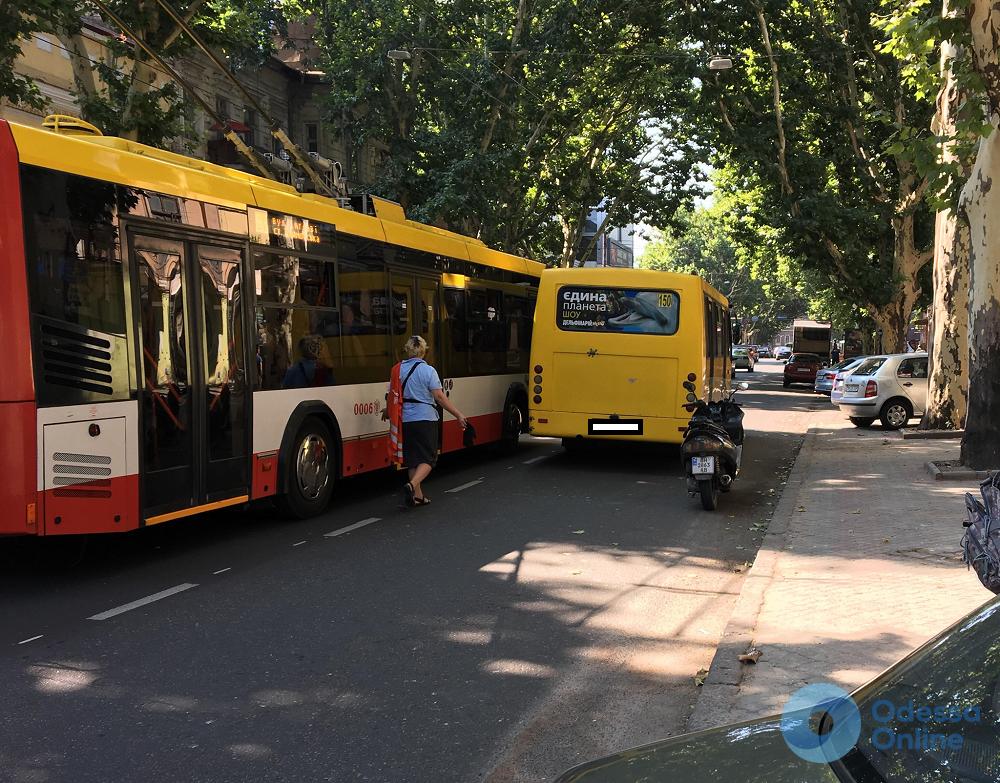 Из-за мотохама в Одессе едва не «притерлись» троллейбус и маршрутка (фотофакт)