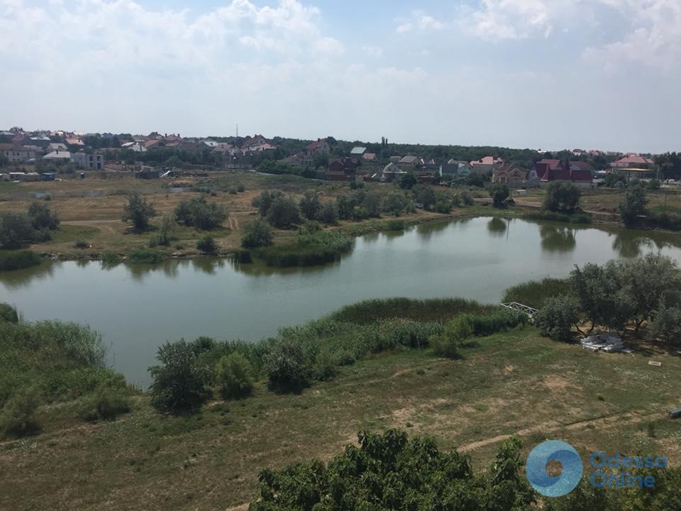 Под Одессой застройщик засыпает землей озеро