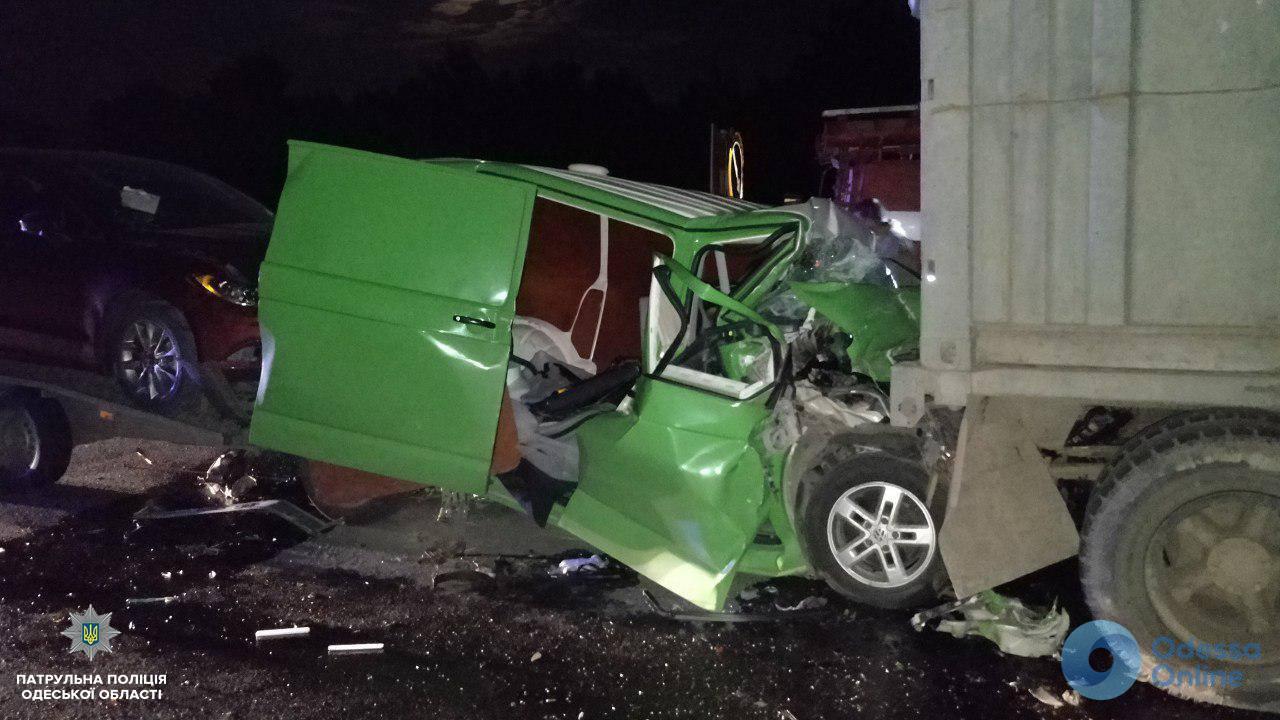 Смертельное ДТП на трассе Одесса-Киев: тело погибшего водителя доставали спасатели (обновлено)