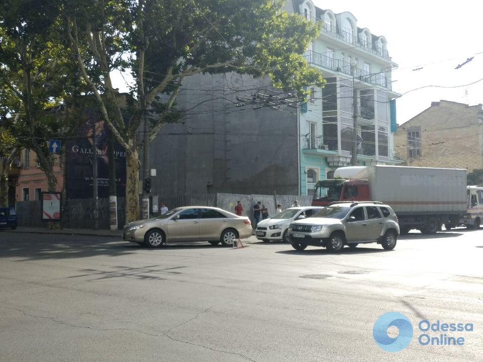 В центре Одессы на перекрестке столкнулись две легковушки