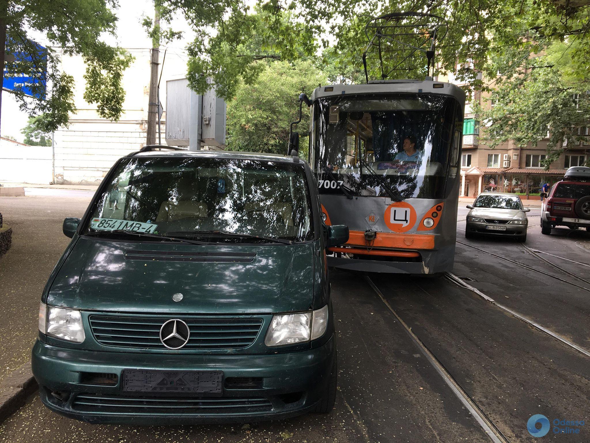 Одесса: из-за брошенной машины автохама трамваю пришлось сменить маршрут