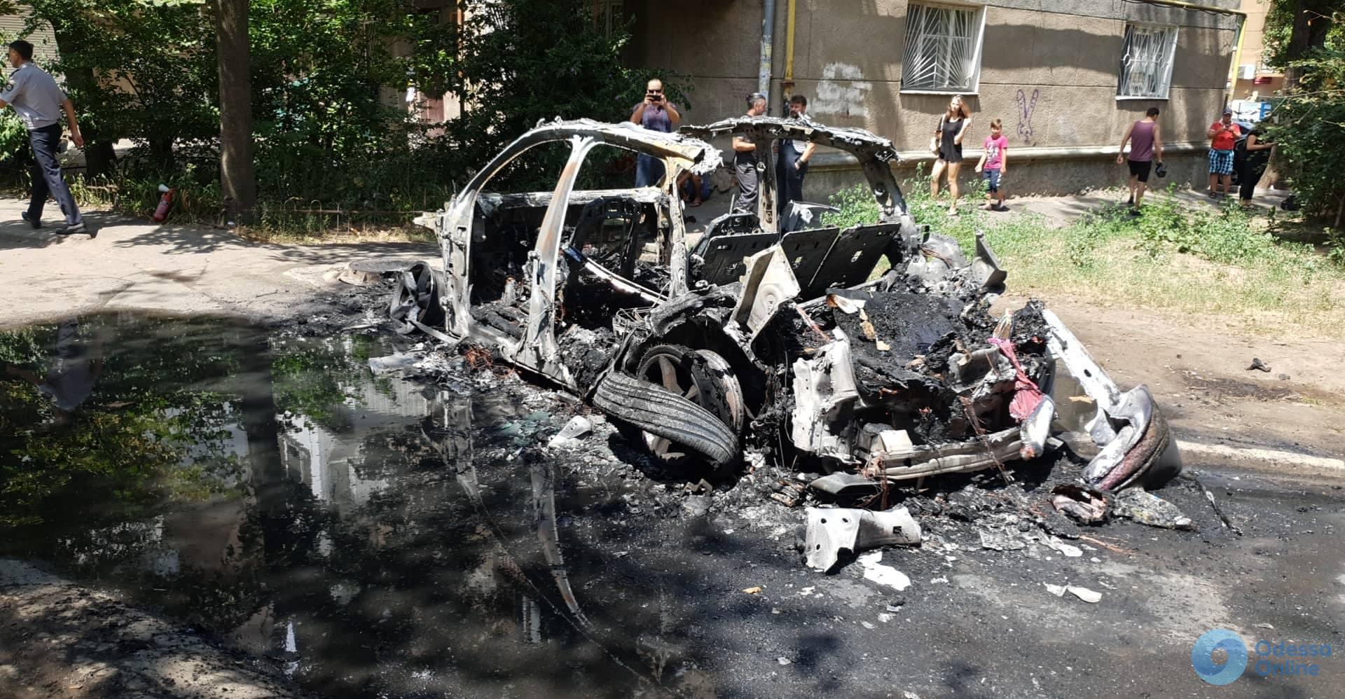 Сгоревшая Audi Q7 принадлежала супруге владельца «Книжки»