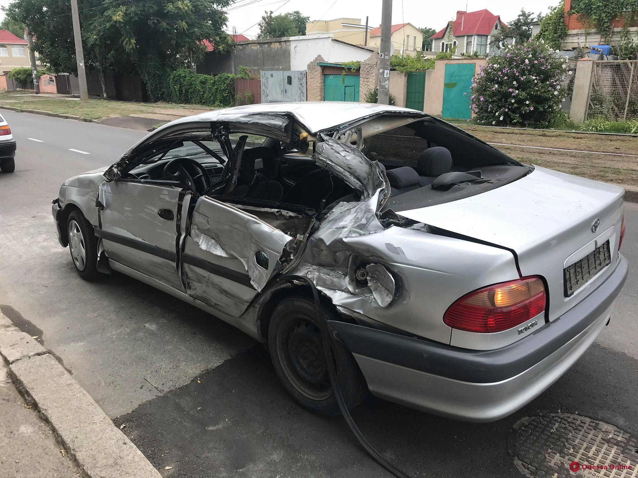 В Одессе легковушка врезалась в припаркованный грузовик