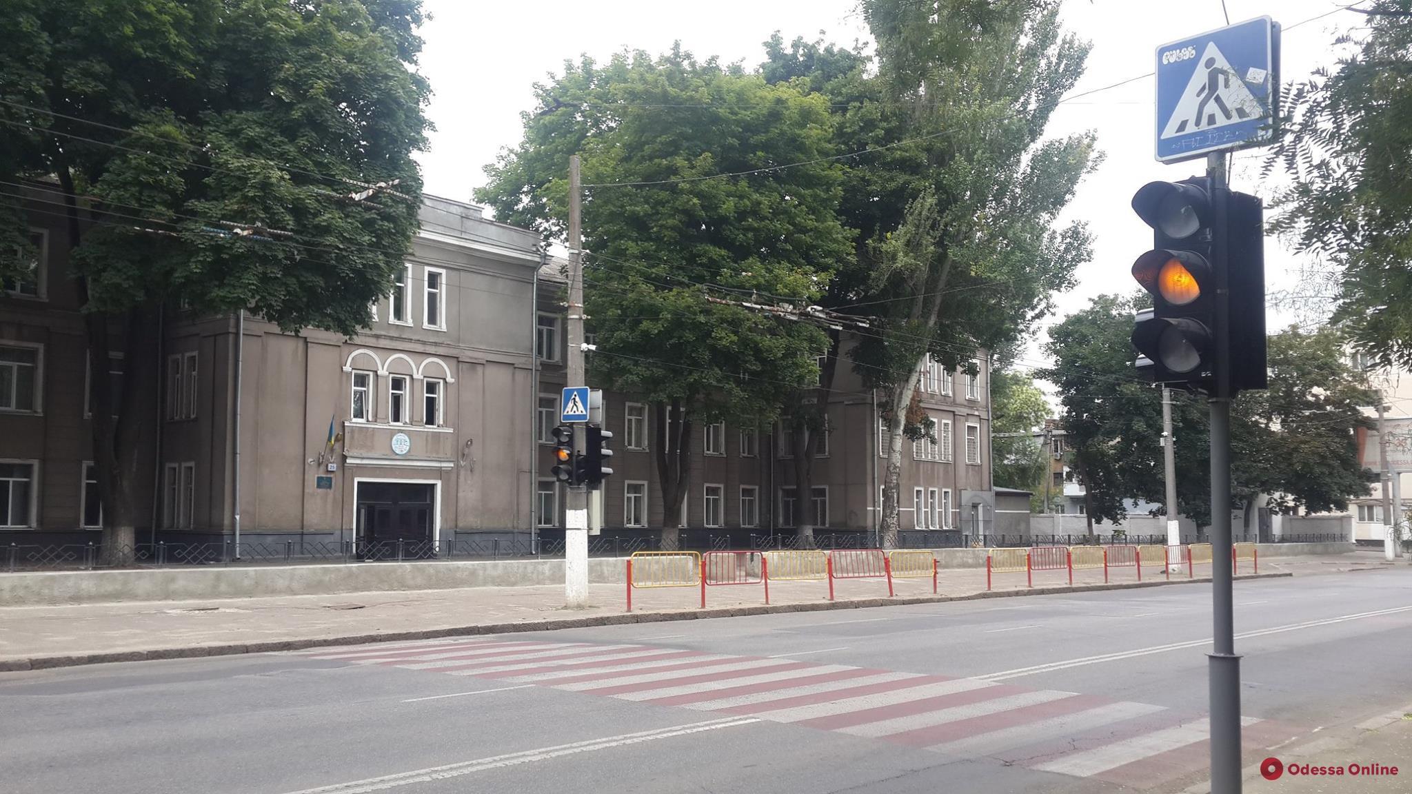 Одесса: возле школы на Пироговской установили новый светофор