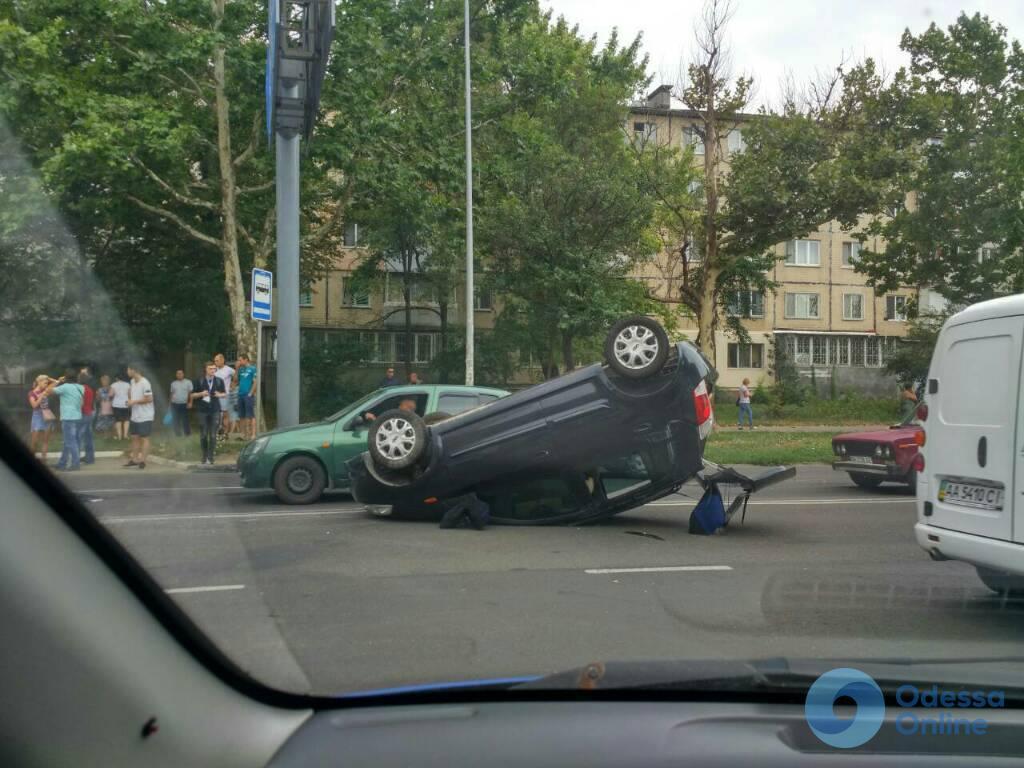 В Одессе на улице Малиновского перевернулся автомобиль (фото, видео, обновлено)