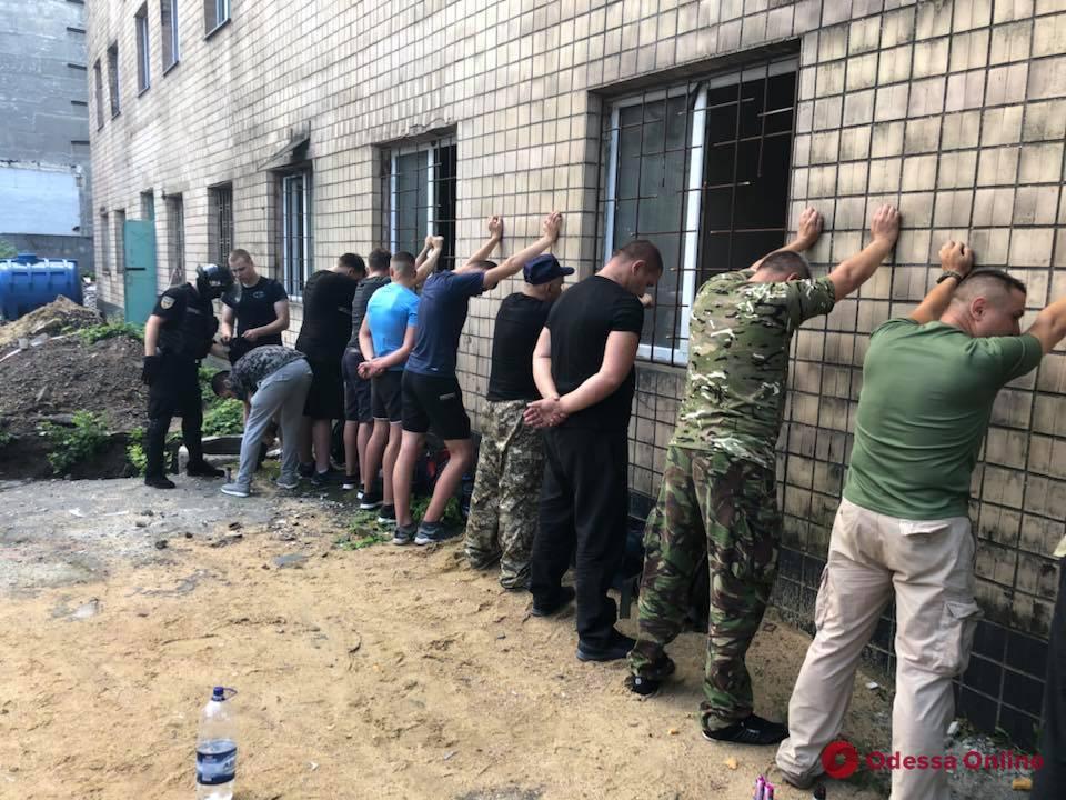 С оружием и в форме: в Одессе 20 человек пытались захватить предприятие (фото, видео, обновлено)