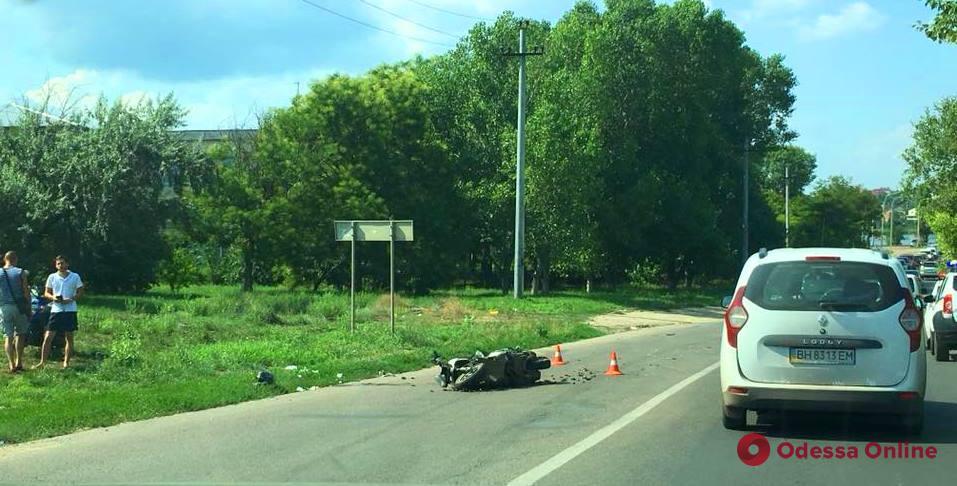 Разбросанные на дороге мидии: в Черноморске легковушка сбила мопедиста