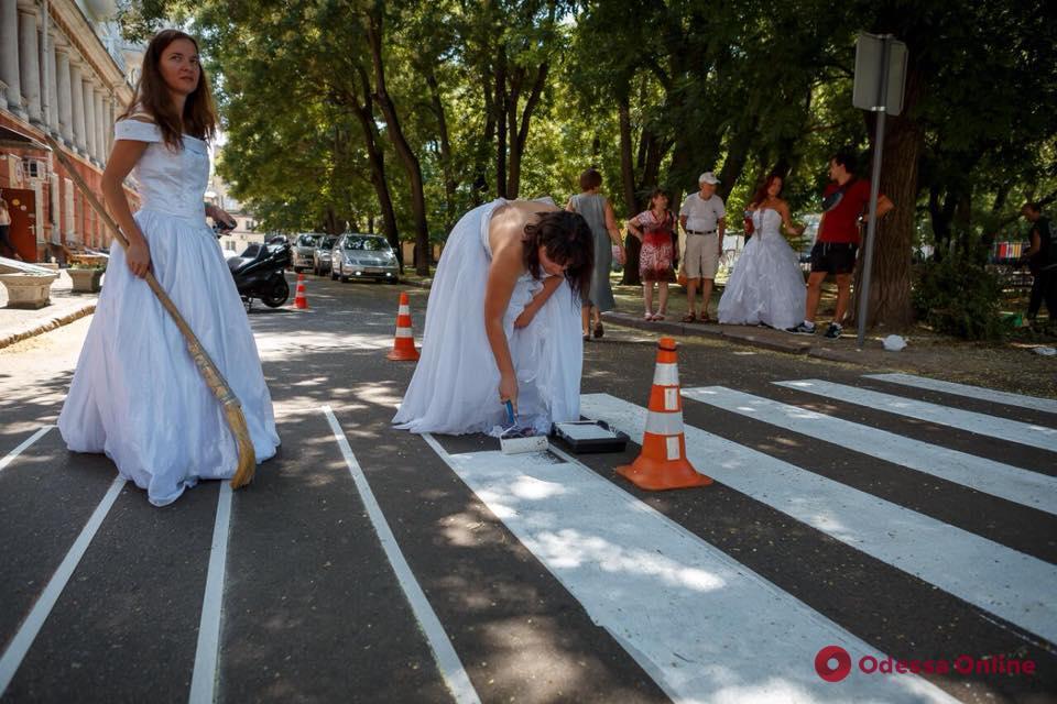 В белом платье и с валиком в руках: волонтеры нанесли разметку возле одесского сквера (фото, видео)