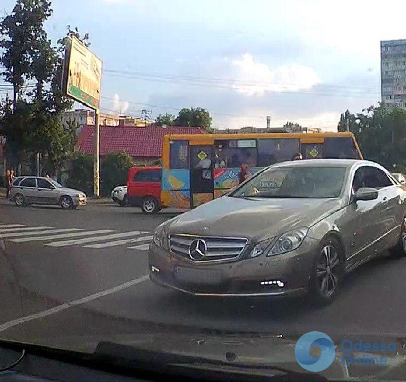 Одесса: автомобиль сбил девушку на пешеходном переходе и скрылся