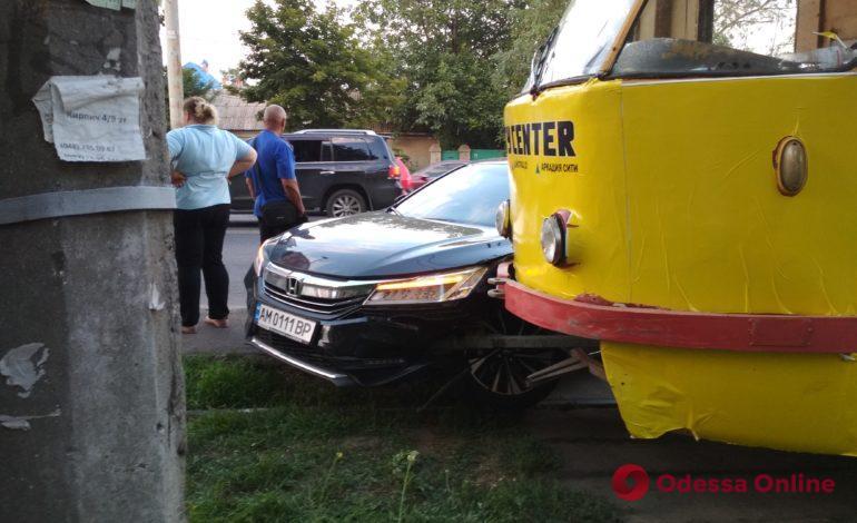 Одесса: трамвай столкнулся с легковушкой на Люстдорфской дороге