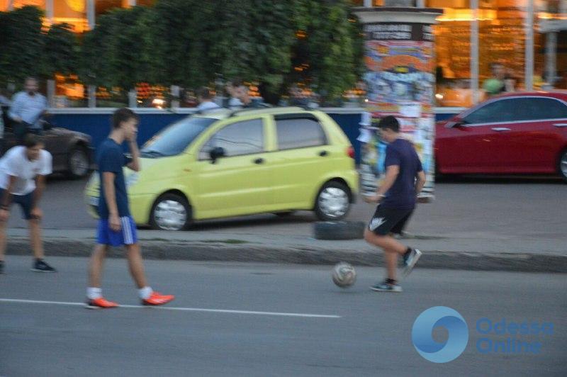 Одесса: на перекрытой дороге у площади Толбухина играют в футбол (фотофакт)