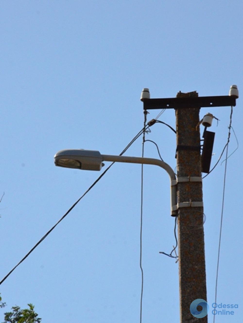 На окраинах Одессы меняют светильники, электрокабели и опоры