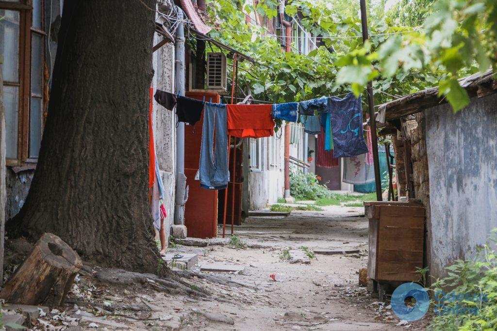 Атмосфера летней Молдаванки: дом с одной стеной и старожилы дворов